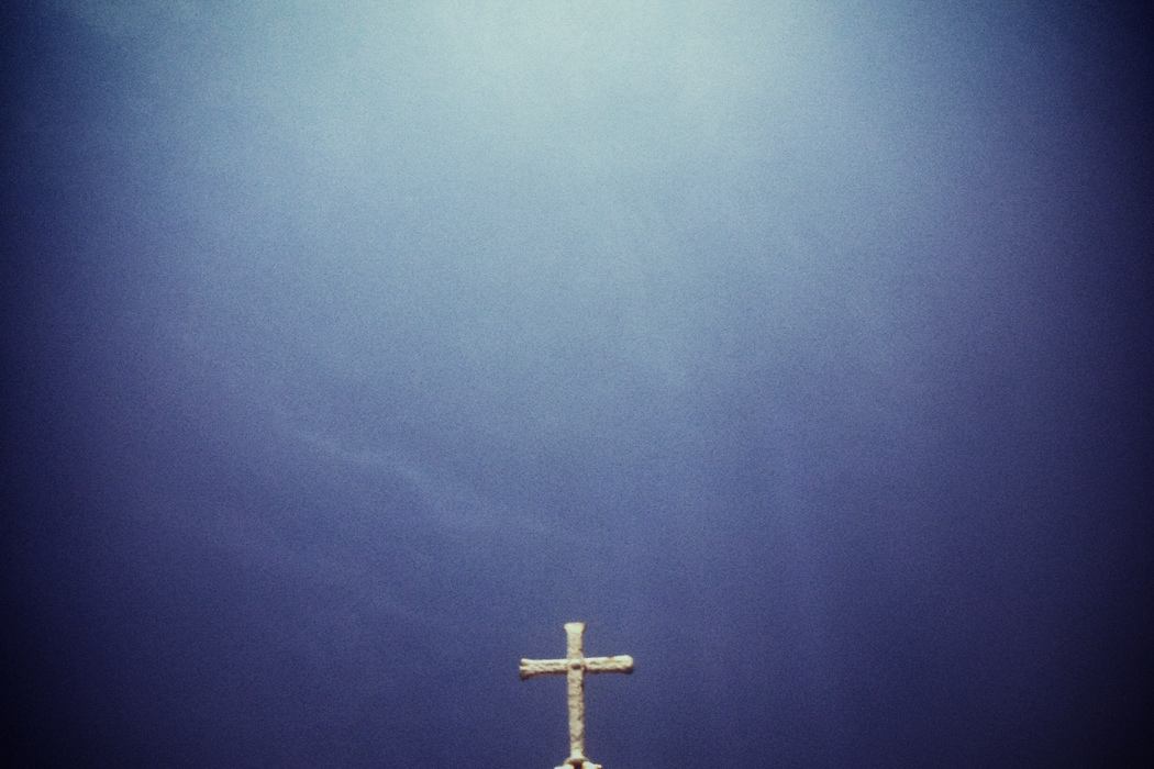 Vincent Moon HÍBRIDOS, Latin American cross against a blue sky