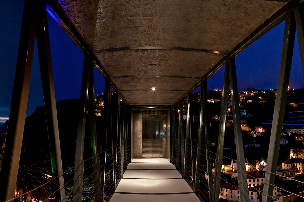 Madeiradig - footbridge at night