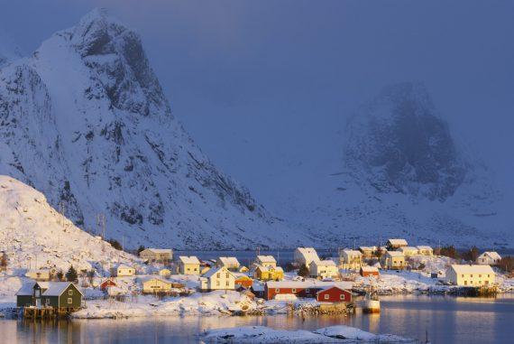 Tidlig morgen i Reine, Moskenes, Nordland. Reine i Lofoten. Moskenesøy. Moskenesøya. Vinter i Lofoten. Vinterlys. Vær. Bebyggelse i Nord-Norge. Bosetting. Kystmiljø.