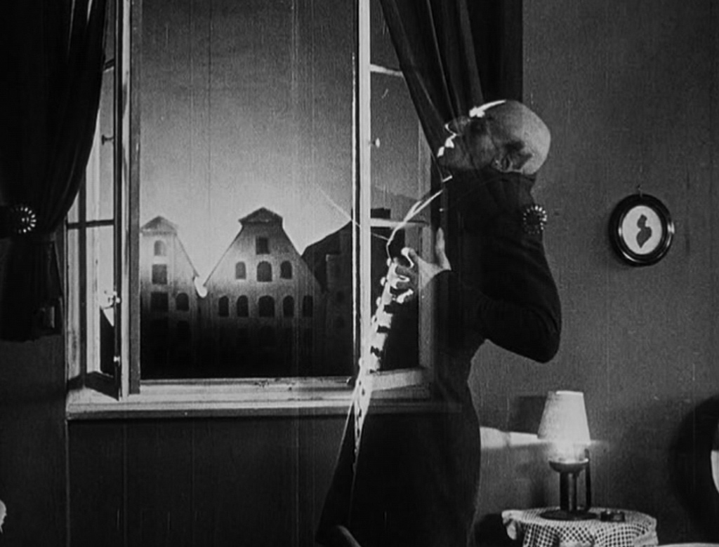 a review of murnau directed nosferatu eine symphonie de graunes Nosferatu, eine symphonie des the name of the silent film director f w murnau is no longer mentioned the film has received overwhelmingly positive reviews.