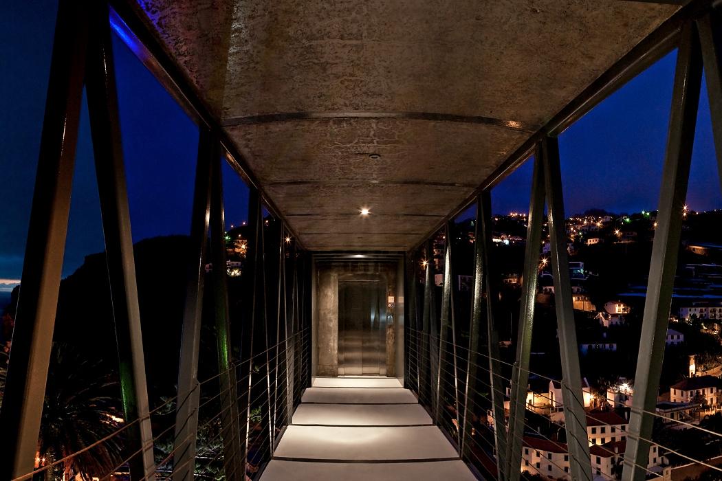 Madeiradig - footbridge at night