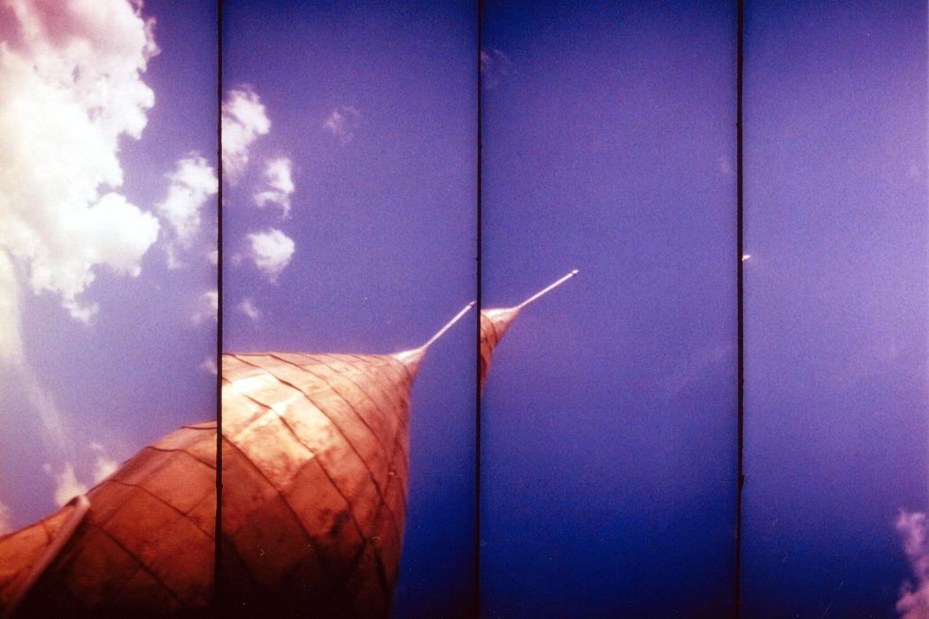 Thomas Bonvalet + Jean-Luc Guionnet - Fusées, rocket pointing towards the sky