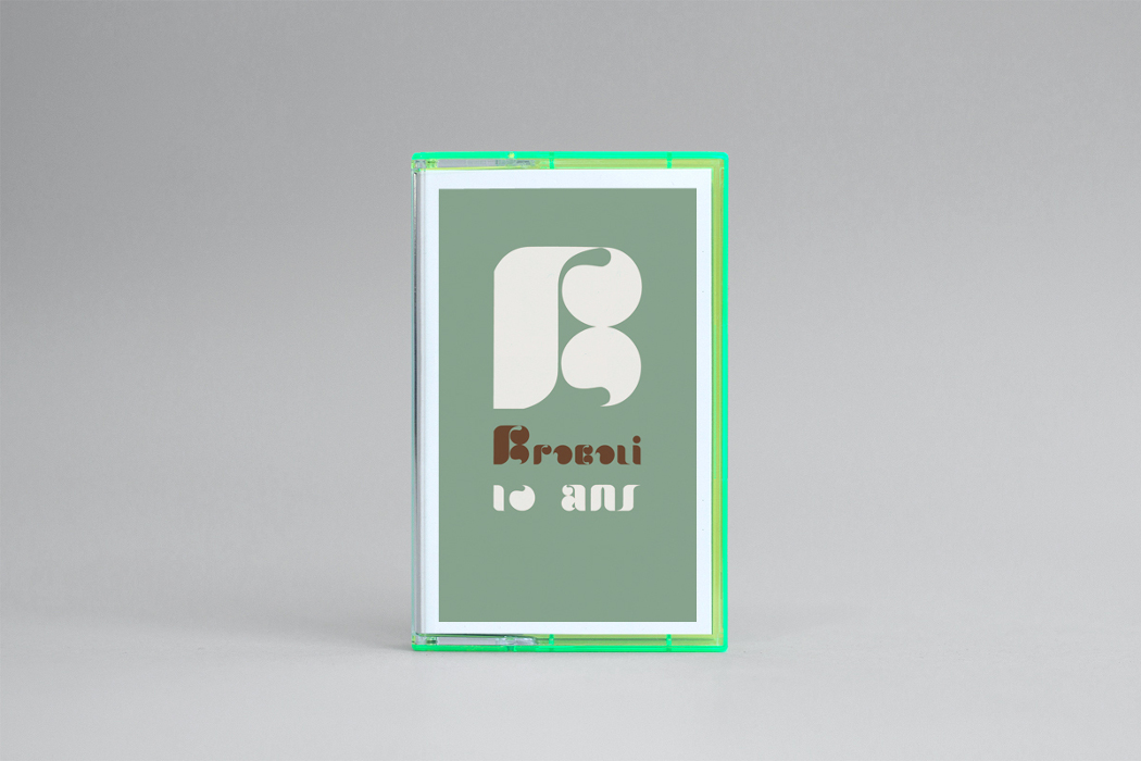 Brocoli - 10 ans, cassette with white B on green background