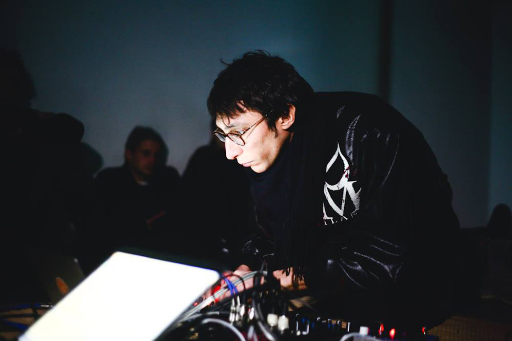 Giovanni Lami - Bias, artist performing live in a dark room, audience in background