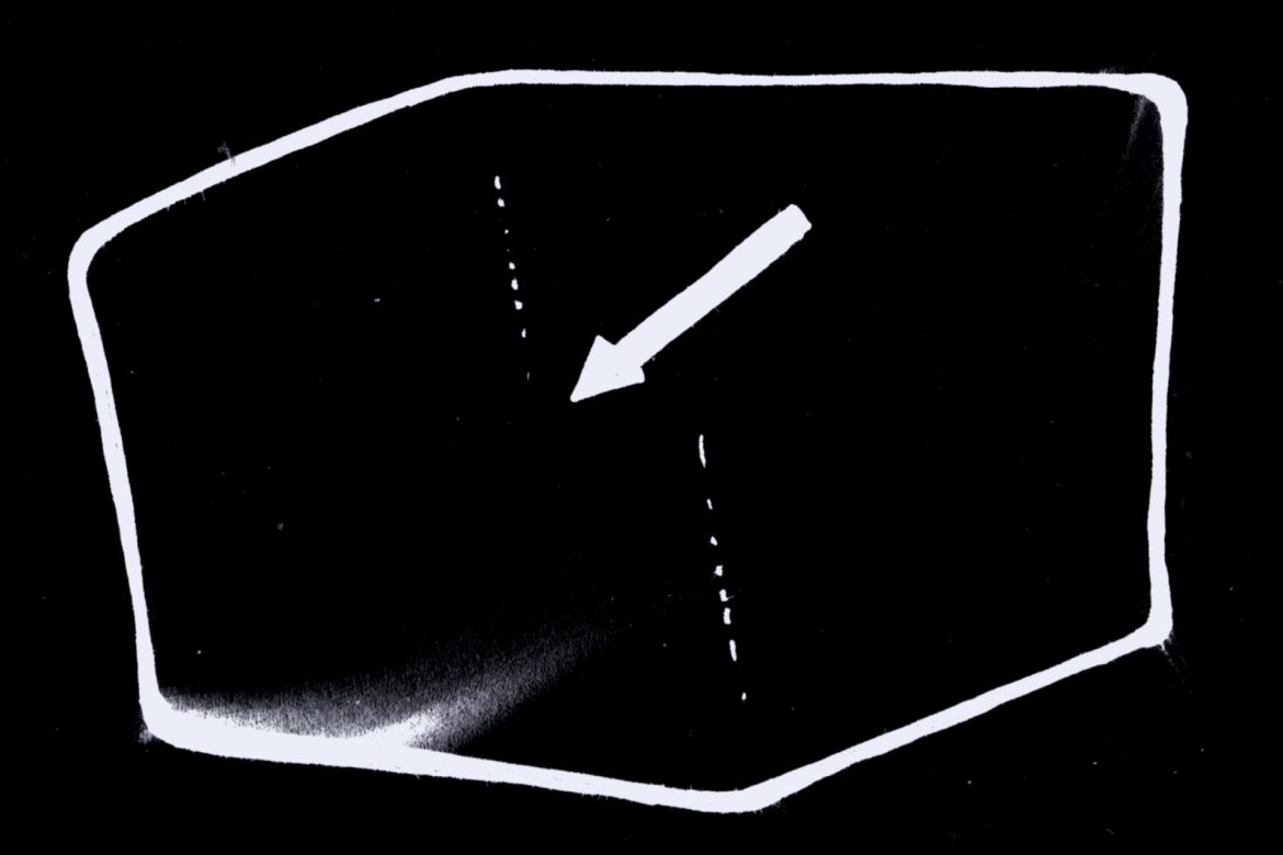 Guionnet / Dedalus Ensemble - Distances Ouïes Dites, white frame model of a room with a pointing arrow on a black background